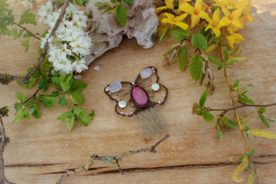 broche papillon rose